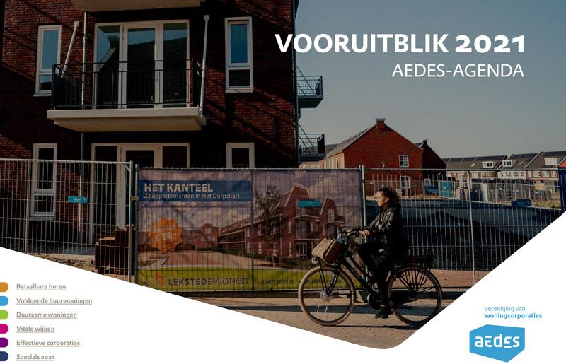 Dit is de voorkant van de Vooruitblik 2021, met daarop een foto van een vrouw die langs een nieuwbouwproject fietst en de inhoudsopgave van de Vooruitblik 2021.