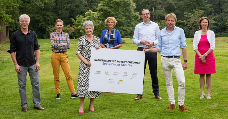 Van links naar rechts: Bert Horst (Woonconcept), Elles Dost (Lefier), Antje de Groot-Schuttert (Trebbe), Bothilde Buma (Woonservice), Coen Titulaer (Dura Vermeer Bouw Hengelo), Rob Hoogeveen (Actium), Janneke Klijn (Wold & Waard).  Fotograaf: Marloes Fotografie